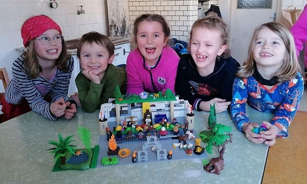 """""""Gab es noch nie"""": Kinder bauen Osterweg aus Legosteinen"""