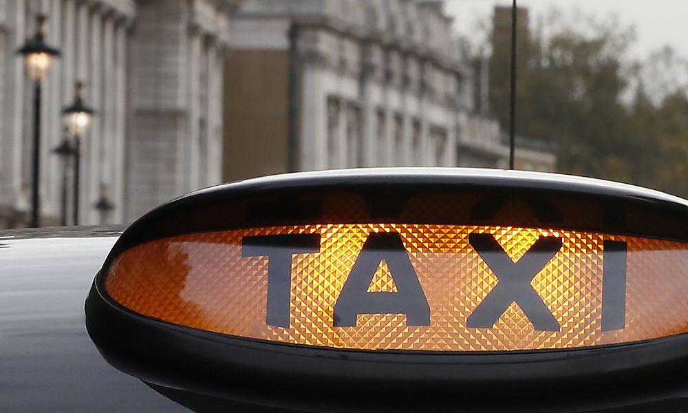 tourist vergisst koffer mit euro in taxi. Black Bedroom Furniture Sets. Home Design Ideas