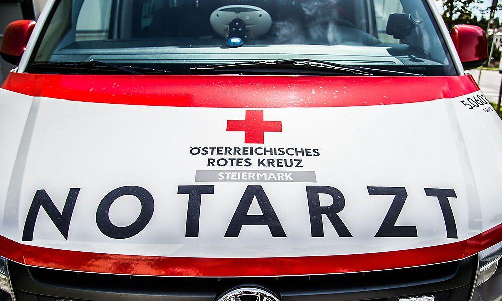 Radfahrer von Lkw überrollt: Lebensgefährlich verletzt