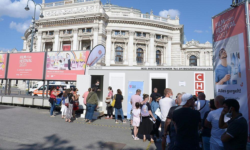 Impfwillige stauen sich vor Wiener Impfbox