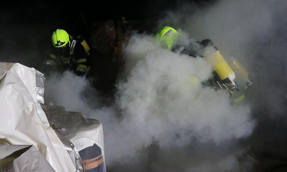 Starker Rauch durch brennende Schalungsteile