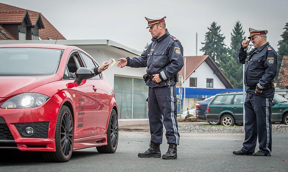 Einer fuhr in den Graben: Kurioser Unfall bei Kontrolle von sieben Mercedes