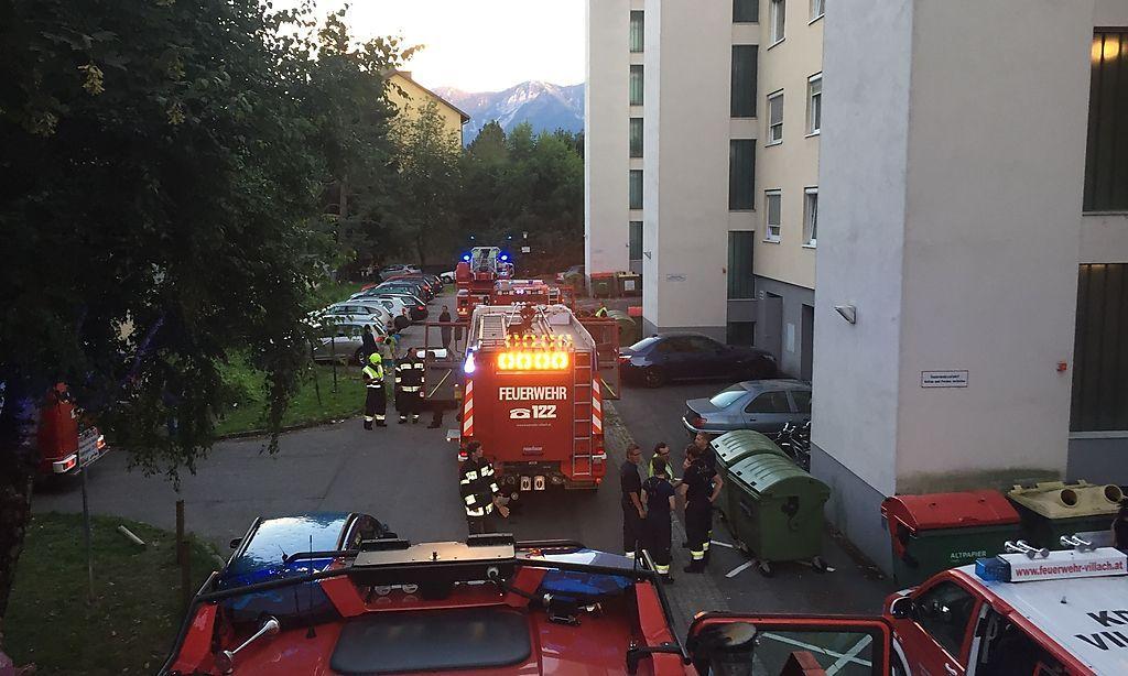Rauchsäule im achten Stock: 40 Feuerwehrleute im Einsatz