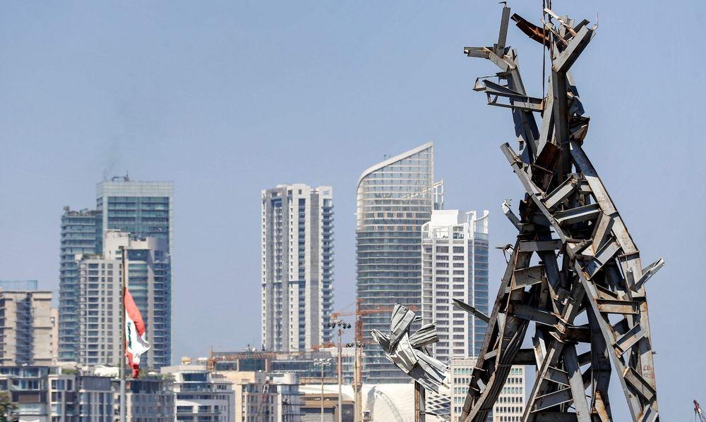 """Die aus den Trümmern des Hafens gefertigte Skulptur """"Ascheriese"""" soll Beirut Hoffnung geben, steht letztlich aber für ein kaputtes System, gegen das die Libanesen aufbegehren"""