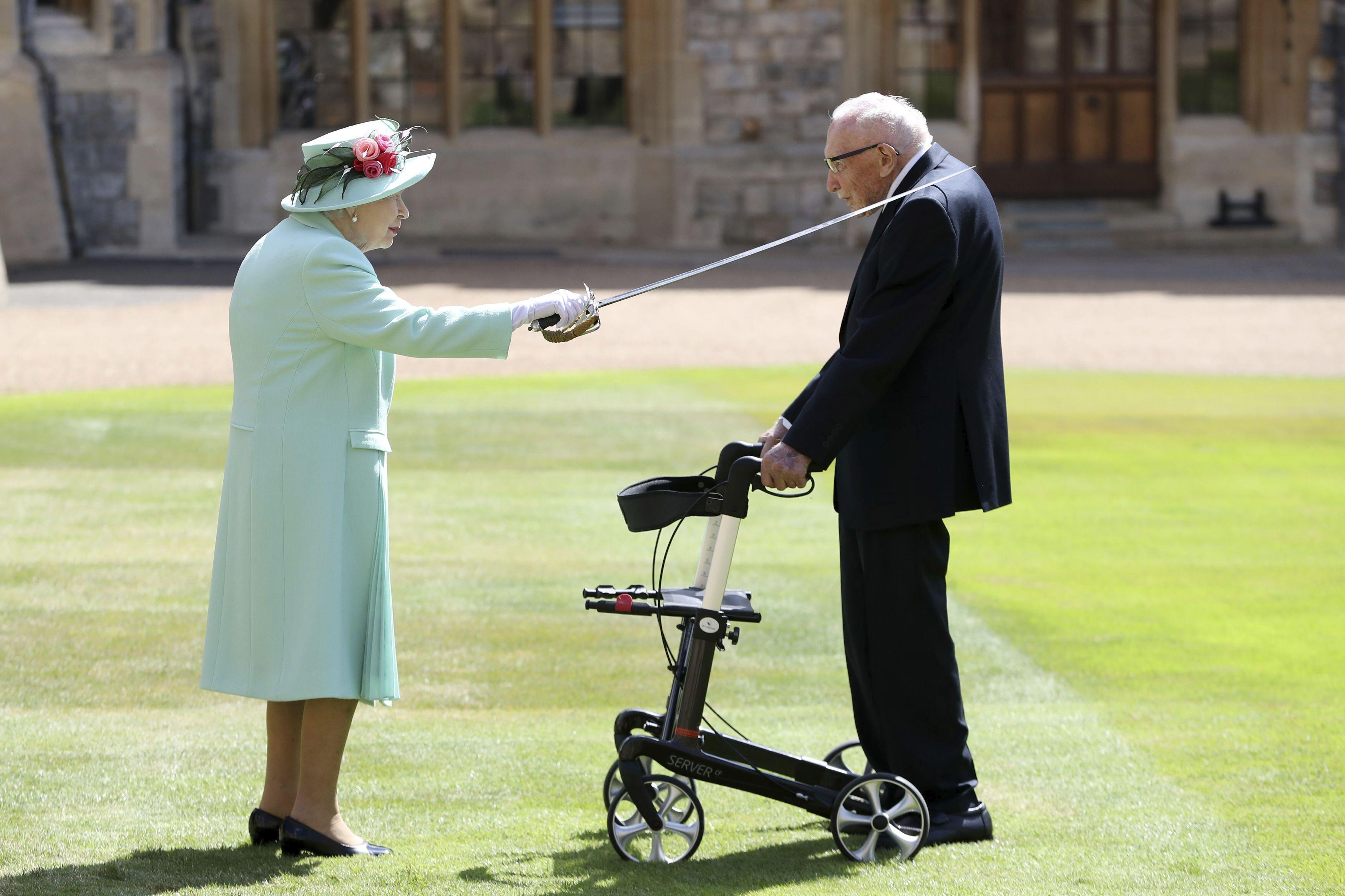 Queen Elizabeth II. hat Moore im Sommer 2020 auf Schloss Windsor zum Ritter geschlagen