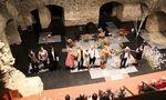 """Das Heunburgtheater (im Bild der Premierenabend der vorjährigen Produktion """"Die Stühle"""") begeht heuer mit dem Stück """"Die Plattfische"""" von Ronald Pries sein Fünfjahresjubiläum / Bild: MARTINA SCHMERLAIB"""