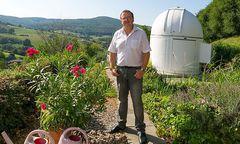 Arnold Hanslmeier vor seiner privaten Sternwarte / Bild: Oliver Wolf Foto GmbH