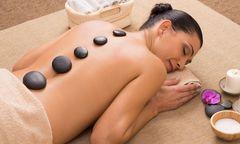 Mit unterschiedlichen Behandlungen steigert der gewerbliche Masseur das Wohlbefinden / Bild: Rido
