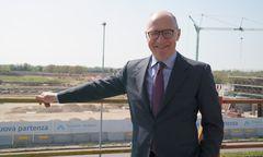 Präsident Antonio Marano ist stolz auf den schnellen  Baufortschritt. Im Hintergrund die Baustelle des neuen Bahnhofes, mit dem der Flughafen verbunden wird / Bild: Flughafen Triest