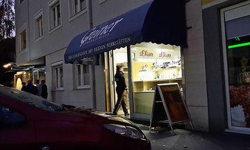 Dieser Juwelier in Althofen wurde Montagabend überfallen, die Polizei ermittelt / Bild: Klz