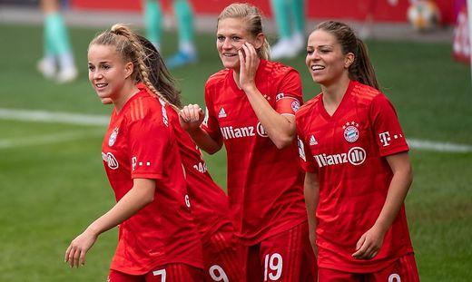 Carina Wenninger (Mitte) bleibt beim FC Bayern