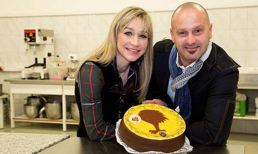 Vendula und Michael Koloini mit ihrer Villacher Torte