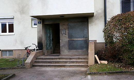 Vor der Tür des Mehrparteienhauses detonierte die Paketbombe