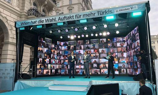 Bundeskanzler Sebastian Kurz und Finanzminister Gernot Blümel auf einer Bühne ohne Publikum