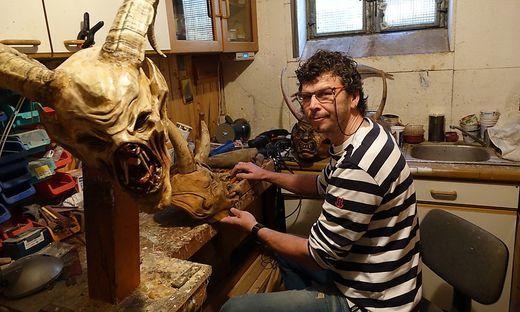 Gunter Aumann ist der Holzschnitzkunst verfallen und fertigt Masken für Perchtenläufe
