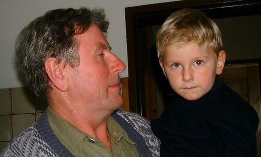 """Der kleine Maximilian mit seinem Opa Paul Rössler. """"Ich habe jede Hilfe bekommen, die ich gebraucht habe"""", sagt der 23-Jährige heute"""