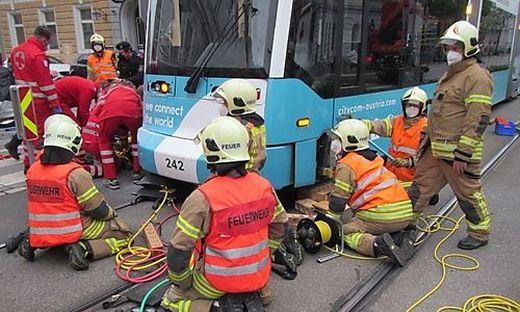 Schwieriger Einsatz: Tramgarnitur musste angehoben werden