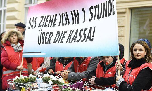 PROTESTAKTION VON HANDEL-BETRIEBSRÄTEN VOR DER WKO AM DIENSTAG