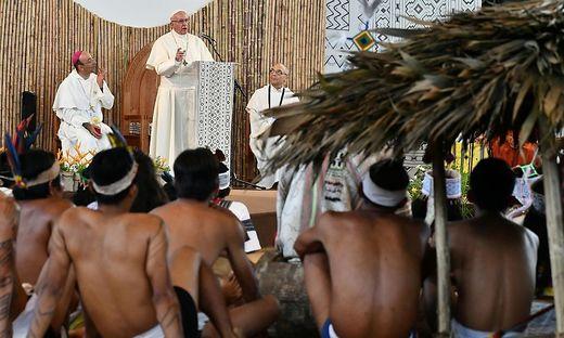 Papst Franziskus im Jahr 2018 bei einer Begegnung mit Vertretern der indigenen Bevölkerung Amazoniens