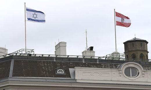 WIEN: ISRAELISCHE FAHNE  ALS ZEICHEN DER SOLIDARITAeT AM BUNDESKANZLERAMT GEHISST