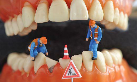 Baustelle im Mund: Bevor man viel reparieren muss, sollte man vorsorgen, etwa mit einer professionellen Zahnreinigung