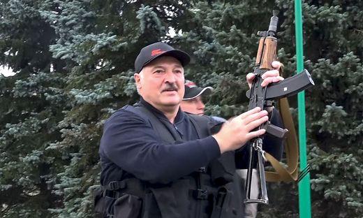 Alexander Lukaschenko mit Maschinengewehr