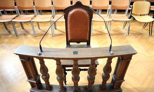 Straflandesgericht Wien. Auf diesem Stuhl nehmen üblicherweise Beschuldigte und Zeugen Platz.
