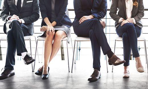 Beine von Bewerbern für einen neuen Job