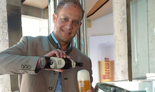 Michael Göpfart mit dem gekrönten Murauer Weißbier