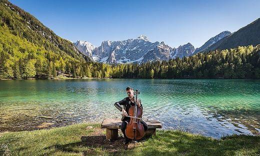 "Luka Sulic von ""2 Cellos"" tritt am Lago di Fusine auf"