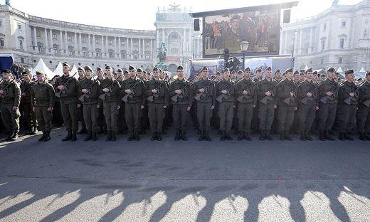 Rekruten bei der Angelobung im Rahmen der Feierlichkeiten zum Nationalfeiertag am Heldenplatz in Wien.