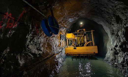 Mit der Maschine wird das 2500 Meter lange Kabel langsam durch den Stollen gezogen