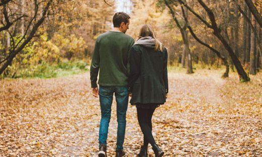 Zärtlichkeiten mit dem Partner beim Spazierengehen bleiben erlaubt.