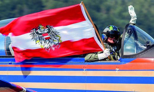 Pilot mit Flagge
