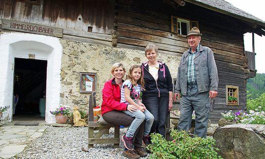 """Johann Weißenbacher vulgo Fürstner mit Gattin Franziska, Tochter Huberta und Enkelin Theresa vor dem geschützten Bauernhaus, das als """"Himmelreichbauer"""" eine beliebte Jausenstation ist"""