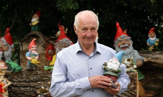 Herbert Raimund Höfferer hegt seine Zwerge im Garten