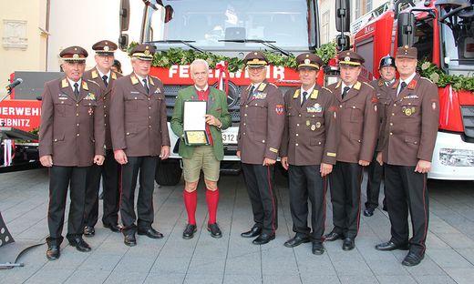Der Leibnitzer Bürgermeister Helmut Leitenberger erhielt als Zeichen des Dankes die Florianiplakette in Gold