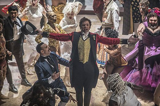 "Hugh Jackman (Mitte) im Film ""Greatest Showman"""