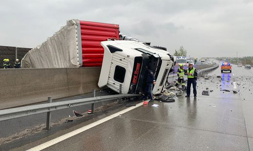 Sattelschlepper auf A1 umgestürzt