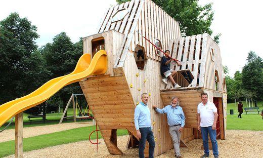 Stadtrat Max Habenicht hat gemeinsam mit Frank Frey und Leonard Wallisch von der Abteilung Stadtgarten.