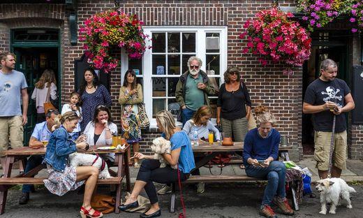 Vor dem Snowdrop Pub in Lewes in der Grafschaft East Sussex genießen die Gäste ihre neue Freiheit