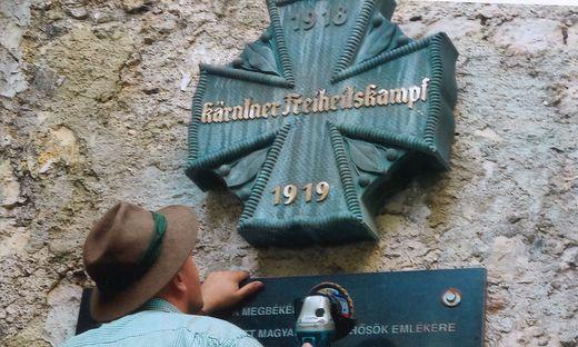 Die Deutschen wollten die Gedenkstätte restaurieren. Grundeigentümer Tilo Berlin wusste nichts und rief die Polizei