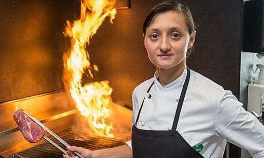 Alexandra Grabner vom El Gaucho bringt bei der Gourmet-Safari das frische Steak auf den Teller