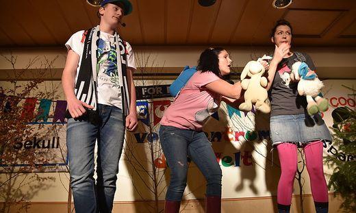 """Sebastian Krug, Melanie Sternath und Iris Rasinger (von links) in """"Wandertag im Kindergarten"""""""