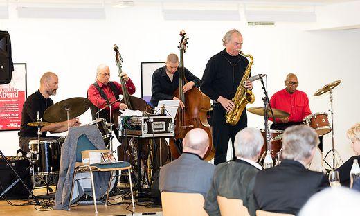 Karl Heinz Miklin und Band begeisterten die Besucher in der Kulturhaus-Kunstgalerie in Bruck