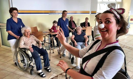 In skurrilem Dirndl und mit weißer Nase lässt sich Monika Steiner auf die Patientenschicksale ein