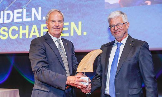 Wilfried Thoma (l.) übergibt das Steuer an den neuen Vorsitzenden des Aufsichtsrats der RLB Steiermark Josef Hainzl