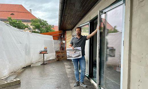 Paul Fahrnberger vor der Konditorei, die gerade umgebaut wird.