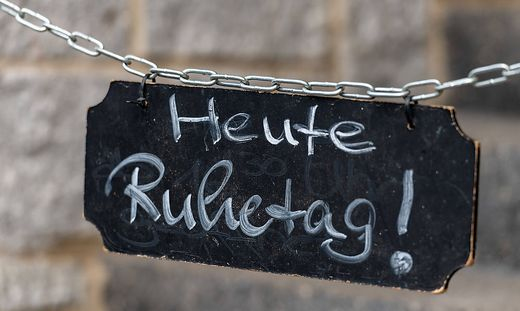 Schild Heute Ruhetag! am Zugang zu einer Gastst�tte. *** Sign Today closed at the entrance to a restaurant