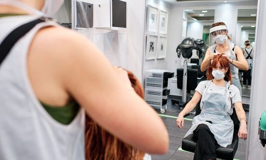 Auch für Friseure gilt: Pro Kunde muss es im Salon 10 m2 freien Platz geben. Ab 26. 12. muss zudem wieder geschlossen werden